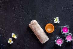 Le candele per l'aroma si rilassano il bagno sul copyspace nero di vista superiore del fondo della tavola Fotografia Stock Libera da Diritti