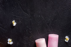 Le candele per l'aroma si rilassano il bagno sul copyspace nero di vista superiore del fondo della tavola Immagini Stock
