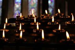 Le candele pregano il fondo di meditazione, rilassamento Fotografia Stock
