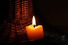Le candele sono nella nerezza Fotografie Stock