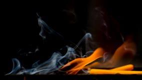 Le candele stavano bruciando sugli scaffali Immagini Stock