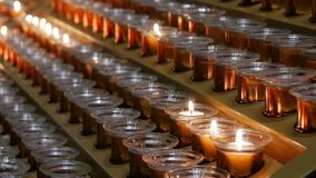 Le candele in una chiesa stock footage
