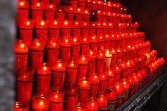 Le candele in uno dei chirches della Spagna Fotografie Stock Libere da Diritti