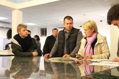 Le candidat pour le maire de l'opposition Evgeniya Chirikova de Khimki écrit une plainte au sujet des violations à un des bureaux Photos libres de droits