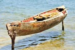 Le canoë en bois a amarré sur des poteaux image libre de droits