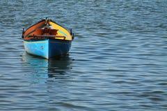 Le canoë jaune bleu de kayak s'est garé dans le port d'isolement photo stock