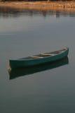 Le canoë solo a amarré dans l'eau Photo stock