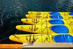 Le canoe gialle, i kajak, 5 pezzi, sono sull'acqua Fotografie Stock