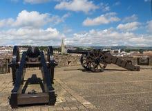 Le canon antique lance sur les remparts de la ville murée de Londonderry en Irlande du Nord image stock