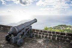 Le canon fait face à la mer des Caraïbes à la forteresse de colline de soufre Photos libres de droits
