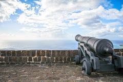 Le canon fait face à la mer des Caraïbes à la forteresse de colline de soufre sur Sai Photo libre de droits
