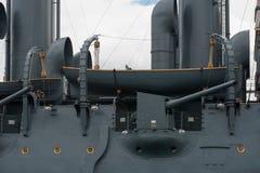 Le canon latéral de l'aurore de croiseur photos stock
