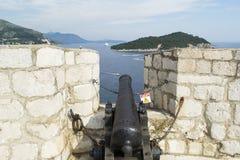 Le canon noir a visé la mer Photo stock