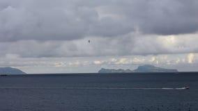 Le canot automobile etun vol de mouette sur méditerranéen voient Îlede Capri de Naples banque de vidéos