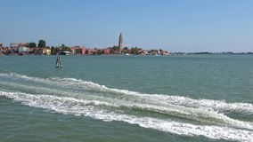Le canot automobile flotte sur l'île de Burano de fond, jour ensoleillé Venise