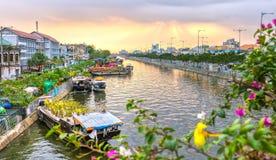 Le canotage le long du canal portent le coucher du soleil de crochet de fleurs Images libres de droits
