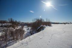 Le canyon d'hiver avec la neige et les pas photographie stock libre de droits