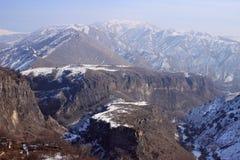 Le canyon de la rivière d'Azat et symphonie des pierres près de Garni en hiver photographie stock
