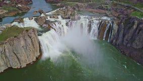 Le canyon de roche entoure la rivière Snake où des automnes de Shoshone est localisés banque de vidéos