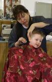 Le cap du coiffeur coloré s'usant coupé par cheveu Photo stock