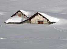Le capanne quasi completano sotto la neve Fotografia Stock Libera da Diritti