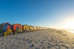 Le capanne variopinte della spiaggia a Muizenberg tirano vicino a Cape Town, Sudafrica Fotografia Stock