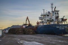 Le capitaine de m/v Hagland décharge le bois de construction Photo stock