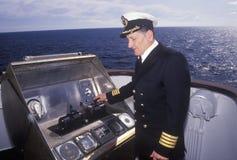 Le capitaine du ferry Bluenose pilotant le bateau par les eaux entre Maine et Nova Scotia Photo stock