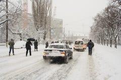 Le capital de la Roumanie, Bucarest sous la chute de neige importante. image stock