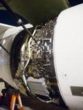 Le capot de moteur d'aéronefs a ouvert montrer des boîtiers de commande de moteur, FADEC et d'autres unités Image libre de droits