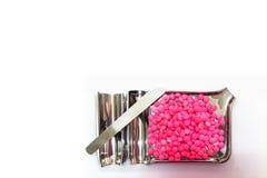 Le capsule rosa della medicina su acciaio inossidabile drogano il vassoio, isolato sopra fotografia stock