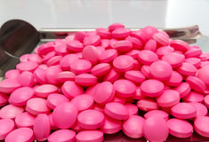 Le capsule rosa della medicina su acciaio inossidabile drogano il vassoio, le pillole e la S immagini stock