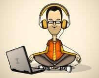 Utilisateur dans la chemise et des écouteurs oranges avec un ordinateur portable   Photos libres de droits