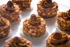 Le caramel durcit avec des noix Images stock