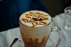Le caramel fait maison doux a glac? le caf? de Latte photographie stock