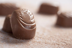 Le caramelle di cioccolato sopra spruzza immagine stock