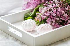 Le caramelle gommosa e molle fatte a mano sono servito in un contenitore di regalo ed in un mazzo di un lillà Fine in su fotografie stock