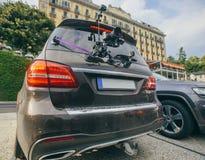 Le cardan de caméra sur le steadicam de voiture garde sur des surgeons sur la voiture automatique image libre de droits