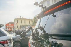 Le cardan de caméra sur le steadicam de voiture garde sur des surgeons sur la voiture automatique photos stock