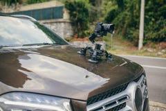 Le cardan de caméra sur le steadicam de voiture garde sur des surgeons sur la voiture automatique photographie stock libre de droits