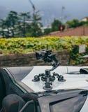 Le cardan de caméra sur le steadicam de voiture garde sur des surgeons sur la voiture automatique photo libre de droits