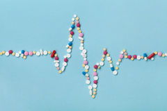 Le cardiogramme est fait en concept coloré de pilules, pharmaceutique et de cardiologie de drogue Photo stock
