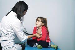 Le cardiologue de docteur de jeune femme fait une enquête Images stock