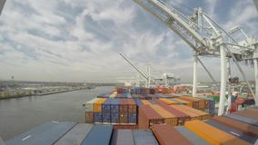 Le cargo arrive au port, les grues automatiques déchargent des récipients dans le tir de laps de temps 4k, paysage marin banque de vidéos