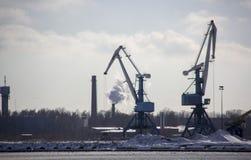 Le cargo de logistique et de transport avec des ports tendent le cou le pont venant dans le port photo stock