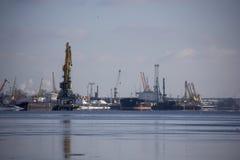 Le cargo de logistique et de transport avec des ports tendent le cou le pont venant dans le port photographie stock libre de droits
