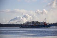 Le cargo de logistique et de transport avec des ports tendent le cou le pont venant dans le port images libres de droits