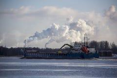 Le cargo de logistique et de transport avec des ports tendent le cou le pont venant dans le port image libre de droits