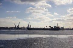 Le cargo de logistique et de transport avec des ports tendent le cou le pont venant dans le port photos stock