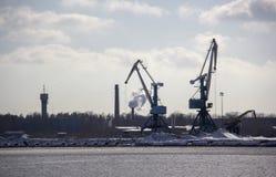Le cargo de logistique et de transport avec des ports tendent le cou le pont venant dans le port images stock